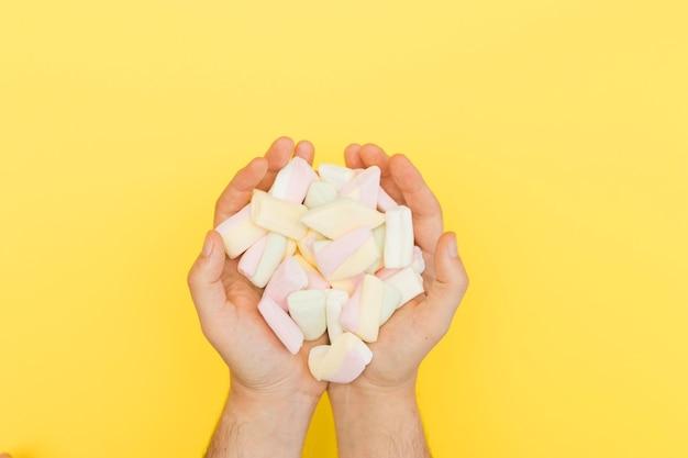 Mani che tengono marshmallow