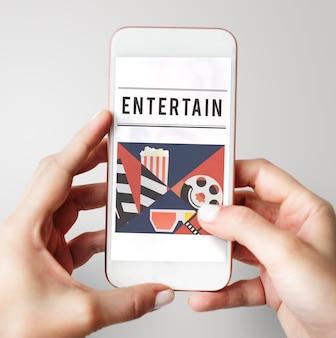 Mani che tengono il telefono cellulare dell'intrattenimento multimediale del cinema
