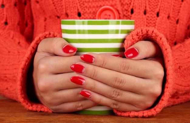 Руки держат кружку горячего напитка, крупным планом