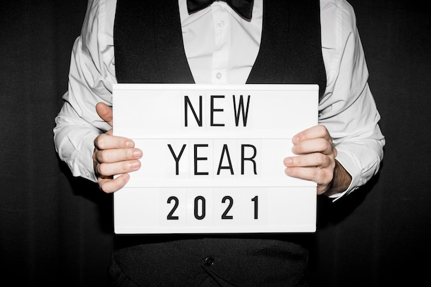 새 해 2021 기호를 들고 손