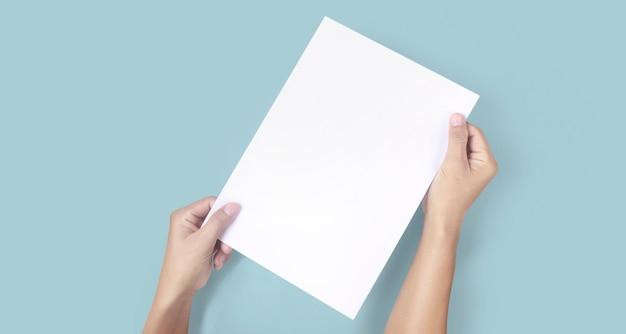 Руки держат бумажный бланк для письма