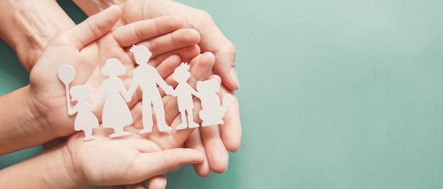 종이 가족 컷 아웃, 가족 정신 건강 개념을 손에 들고