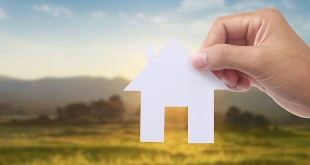 紙の家、家族の家を保持し、保険の概念を保護する手