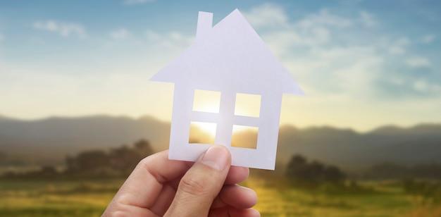손에 종이 집, 가정 가정 및 보험 개념 보호