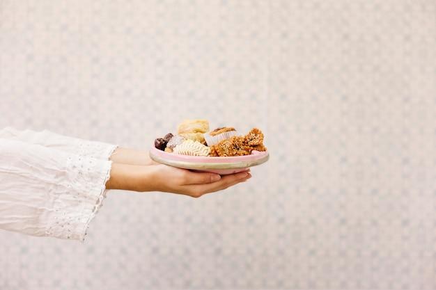 Руки, держащие пластины арабской пищи