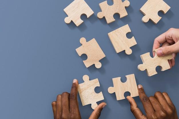Mani che tengono il concetto di soluzione dei problemi di affari di puzzle