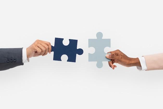 Mani che tengono il concetto di soluzione dei problemi di affari di puzzle Foto Gratuite