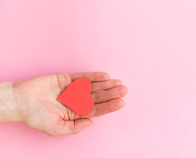 Руки держат красное сердце, здоровье сердца, пожертвование, счастливое волонтерство, социальная ответственность ксо, всемирный день сердца, всемирный день здоровья, всемирный день психического здоровья, приемная семья, благополучие, концепция надежды