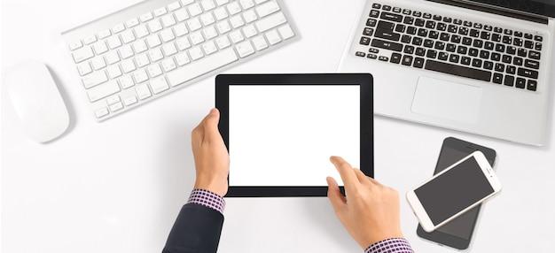 Руки, держащие планшет в офисе