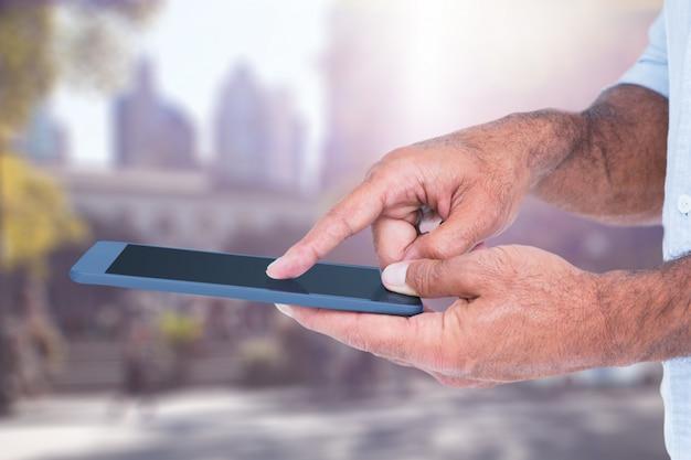 Mani in possesso di un tablet all'aperto