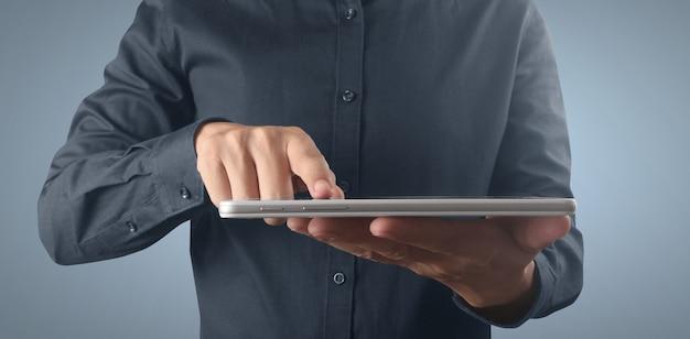 격리된 화면이 있는 태블릿 터치 컴퓨터 가제트를 들고 있는 손