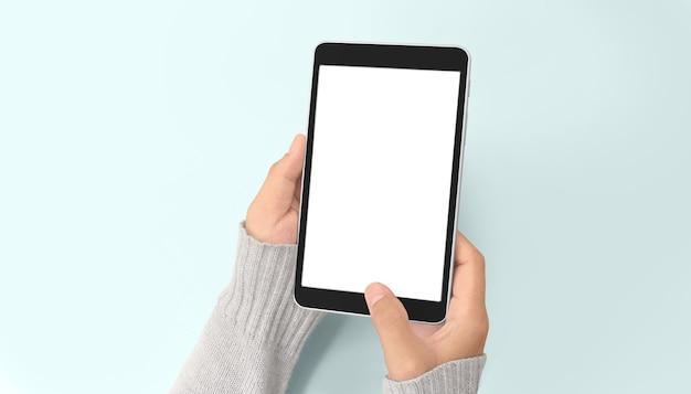 Руки, держащие планшетный сенсорный компьютерный гаджет с изолированными