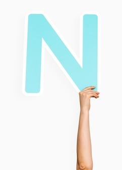 Руки, держащие букву n