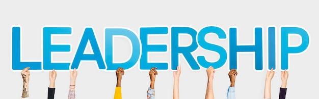 단어 리더십을 형성하는 파란색 글자를 들고 손