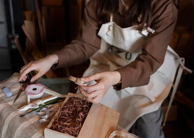 Руки, держащие деревянную деталь крупным планом Premium Фотографии