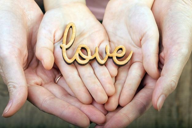 단어 사랑을 들고 손