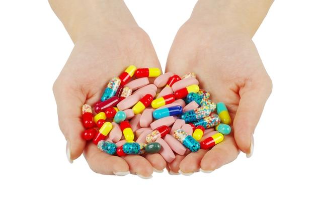 Руки держит таблетку, изолированную на белом