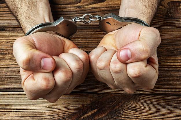 暗い木製の手錠の手