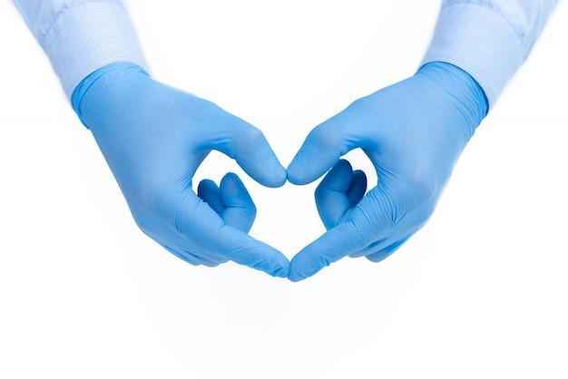 Руки в медицинских перчатках делают сердце. концепция медицины и контроля коронавируса. баннер