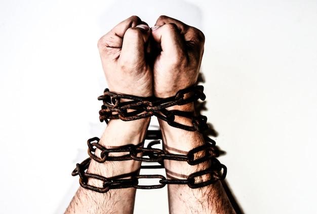 Руки в старых ржавых цепях. изолированные на белом фоне. человек в ловушке. рабская концепция.
