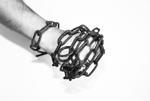 Руки в старых ржавых цепях. человек в ловушке. рабская концепция. изолированные на белом фоне.