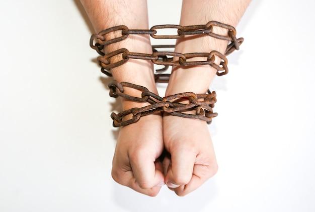오래 된 녹슨 사슬에 손입니다. 함정에 빠진 남자. 노예 개념입니다.