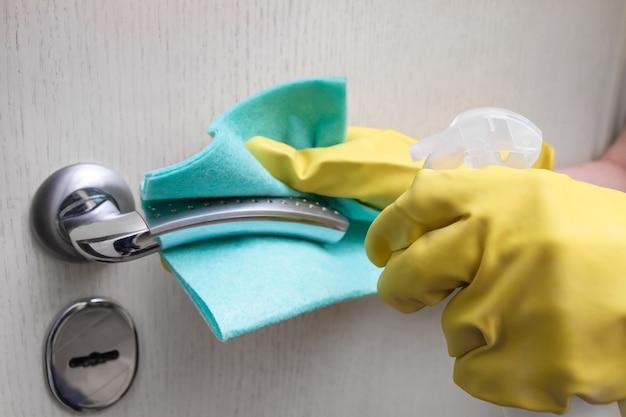 걸레와 스프레이 청소 도어 핸들이 있는 보호 장갑에 손