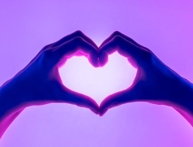 Руки в форме сердца.