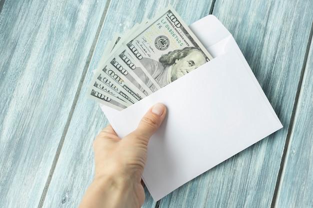 手は封筒の現金を数えています