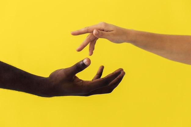 조명 색상에 고립 된 손