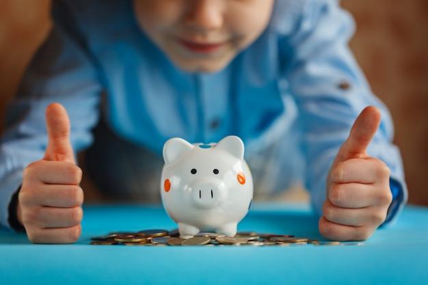 Руки малыша и копилку или денежный ящик.