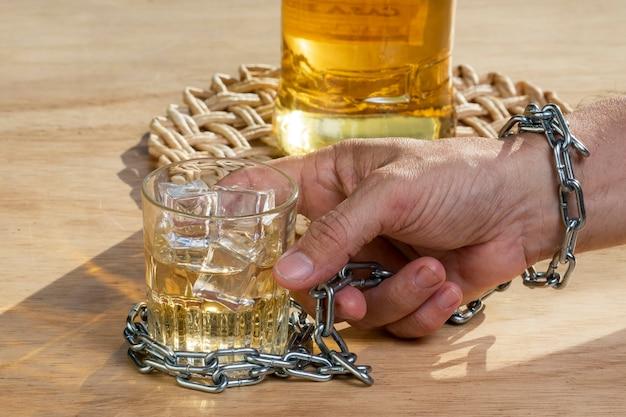 술을 끊기 위해 손으로 위스키 한 잔을 잠급니다. 알코올 중독 개념입니다. 알코올 중독 음료를 중지합니다.