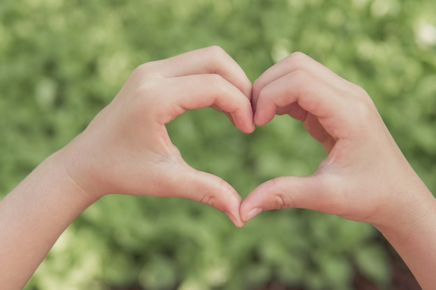 Руки делают форму сердца