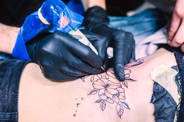 기계로 문신을 만드는 손