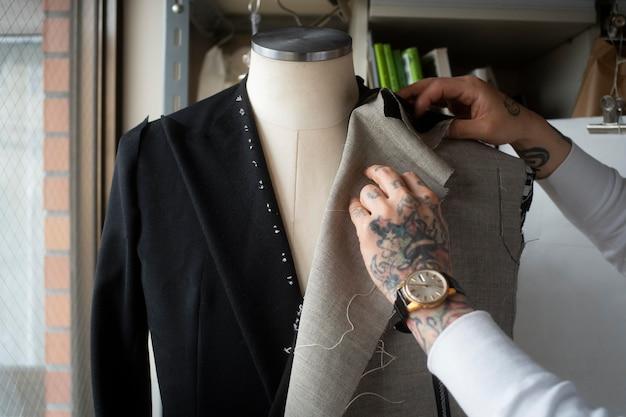 服を製造する手がクローズアップ