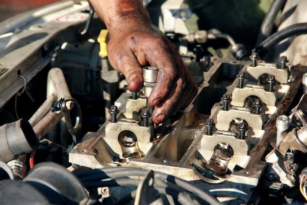 Hands mater repair car