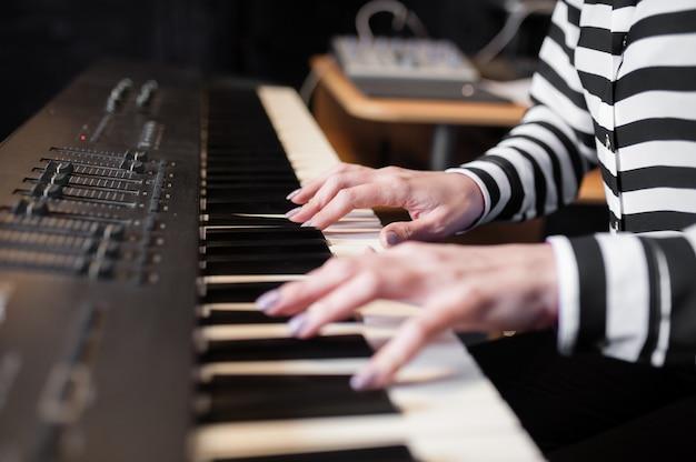 手の音楽、シンセサイザー、ピアノ