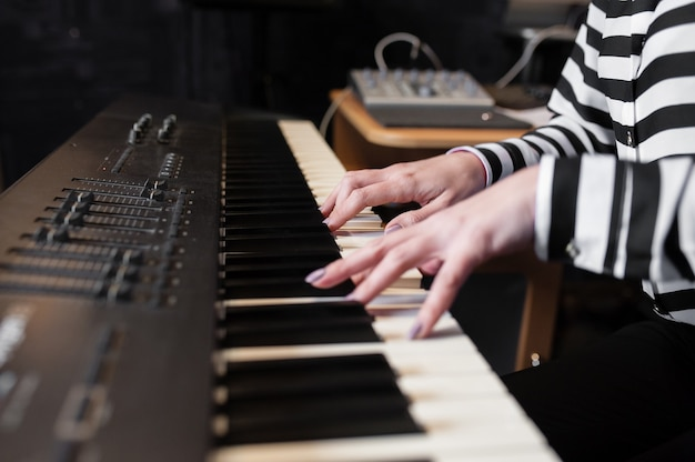 ハンズミュージック、シンセサイザー、ピアノ