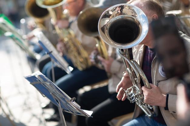 ハンズミュージシャンはオーケストラで楽器を演奏します。