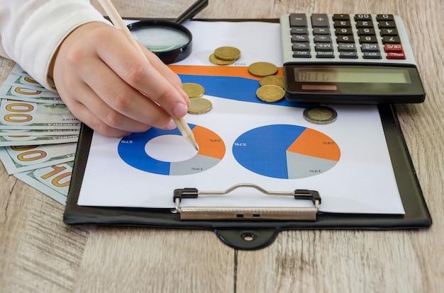 Руки деловой женщины на фоне бизнес-диаграмм концепция анализа риска планирования