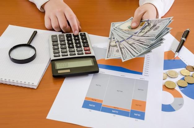 사무실 테이블에서 작업하는 동안 비즈니스 우먼의 손