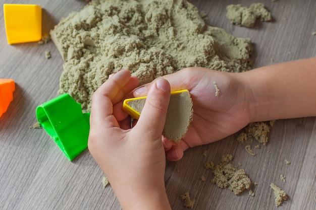 キネティックサンドで遊ぶ子供の手