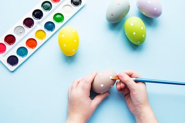 イースターの卵を持つ少女の手