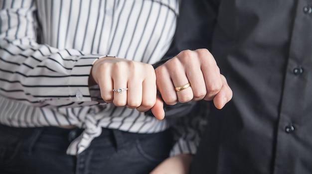 남자와 결혼 반지와 여자의 손.