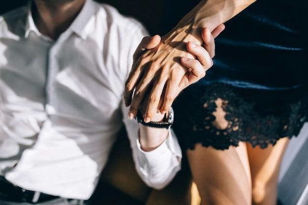 愛するカップルのクローズアップの手