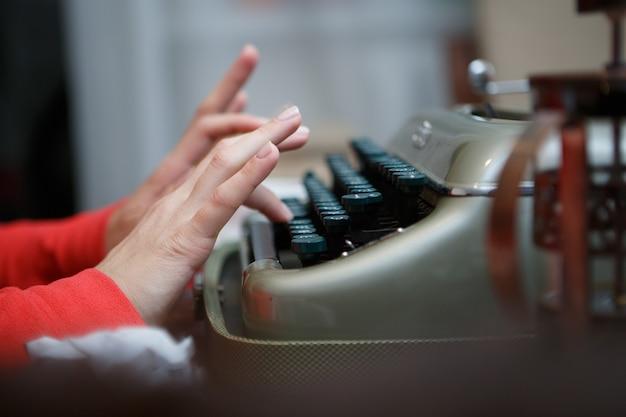 Руки человека, печатающего на пишущей машинке