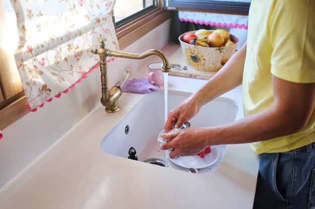 점심 설거지를 하는 남자의 손