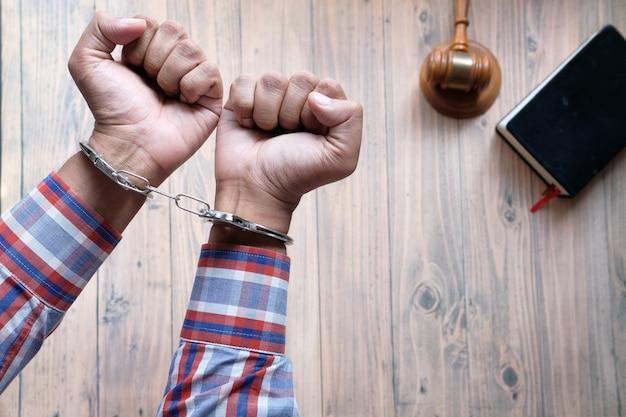 Руки человека с наручниками крупным планом