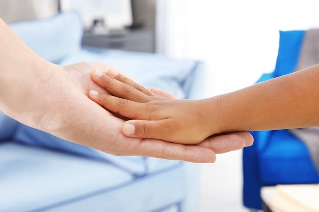 아프리카계 미국인 소녀와 남자의 손입니다. 가족 개념