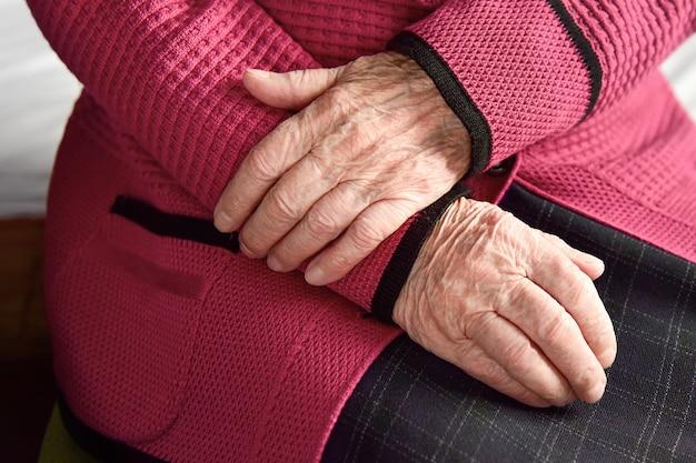 年配の女性の手のクローズアップ。